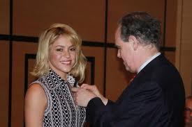 Shakira es  Caballero de las Artes y Letras