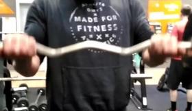 Entrenando en el gym. 27,5 Kgs a cada lado de la barra. Última serie de curl de bíceps después de ha