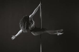 Se convocan chicas de 25 a 40 años que realicen pole dance para proyecto remunerado