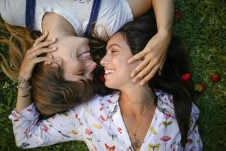 Se solicitan parejas de mujeres de 23 a 25 años para rodar en publicidad en Madrid