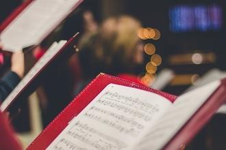 Se convoca profesor/a de coro para actividad escolar de adultos en Madrid
