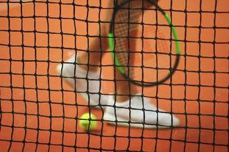Se seleccionan 2 chicas atléticas que jueguen a tenis en Barcelona