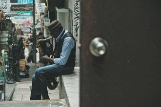 Se precisa hombre mayor de 45 años de origen africano que toque instrumento de viento en Barcelona