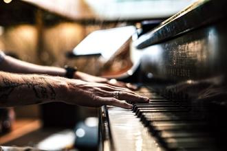 Se requiere chico de 25 a 30 años con tatuajes y que toquen el piano/teclado en Barcelona