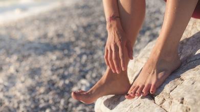 Se solicita urgentemente mujer de 30 a 45 años para modelo de pies para campaña de TV en Mallorca