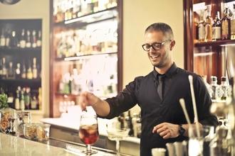 Se requieren camareros de origen francés de 35 a 55 años para rodaje publicitario en Barcelona