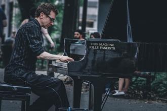 Se buscahombre pianistade 30 a 50 añospara publicidad en Madrid