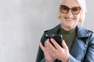 Se selecciona mujer con look extravagante de 60 a 65 años para publicidad en Madrid