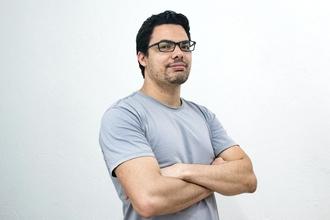 Se convoca hombre con corte de pelo clásico para proyecto en Salcedo
