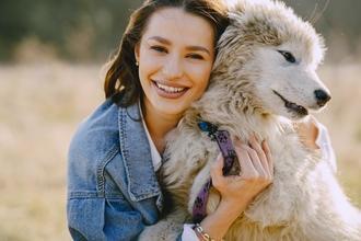 Se buscan hombres y mujeres de 17 a 40 años amantes de los perros para anuncio