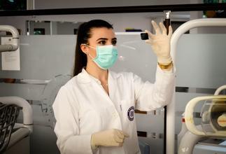 Se precisa comadrona o enfermera real para pequeña parte en rodaje en Madrid