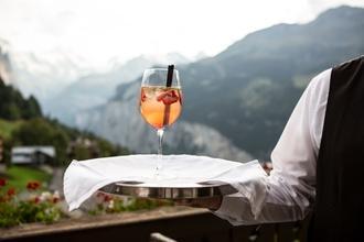 Se seleccionan urgentemente figurantes hombres y mujeres de 30-40 años con experiencia como camarero en Benidorm
