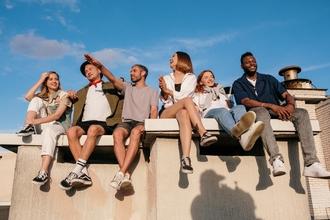 Se requieren jóvenes de 23 a 36 años para rodaje audiovisual en Barcelona