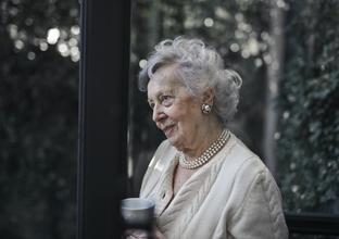 Se requiere mujer caucásica de 75 a 85 años para proyecto en Barcelona