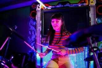 Se busca chica baterista de 16 a 25 años para rodaje en Madrid