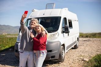 Se buscan hombres y mujeres extras de 18 a 70 años que tengan coche propio en Ibiza