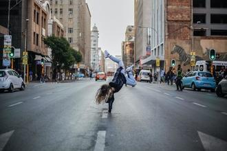Se busca chica de 16 años que pueda hacer la rueda sin manos para proyecto en Barcelona
