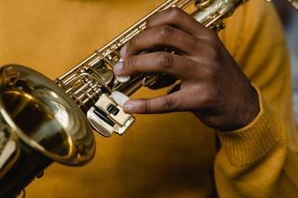 Se requiere hombre que toque la trompeta de 45 a 65 años para publicidad en Barcelona
