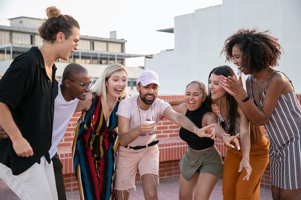 Se buscan chicos y chicas de 20 a 28 años para figuración en Girona