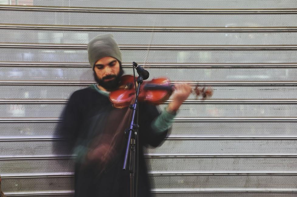 Se requiere violinista hombre mayor de 22 años para proyecto de teatro en Madrid