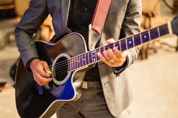 Se busca Cantante/guitarrista para grupo de versiones en eventos, Buena remuneración